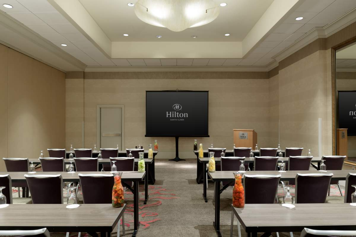 https://hiltonsantaclara.com/wp-content/uploads/2018/11/HSC-corporate.classroom-set-in-sierra-ballroom-4.jpg
