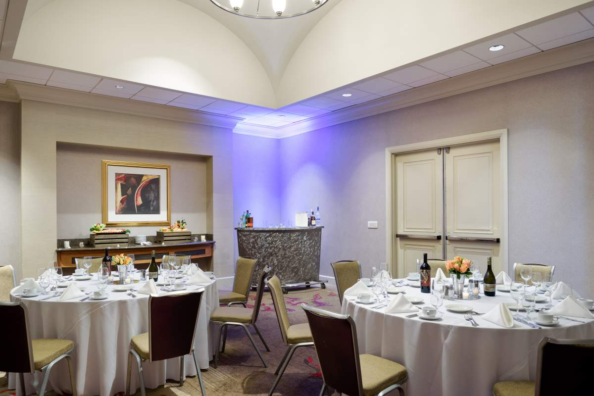 https://hiltonsantaclara.com/wp-content/uploads/2018/11/HSC-social.dinner-set-in-yosemite.jpg